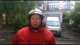 Пожарные тушат здание бывшей школы на Мичурина в Екатеринбурге