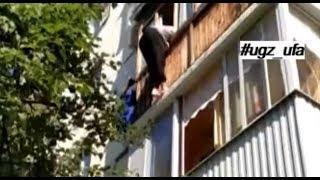 В Уфе спасатели помогли женщине, повисшей на балконе третьего этажа