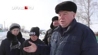 Жители Тимашево живут среди надгробий, венков и лент