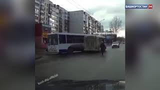 Появилось видео столкновения двух пассажирских автобусов в Уфе, закончившегося смертью водителя