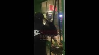 В Башкирии пьяный мужчина пролез в продуктовый магазин, разбив стекло.