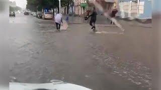 «Дождевые воды срывают обувь»: в Уфе сняли на видео последствия ливня