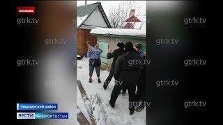 Настоящий сельский боевик: в Башкирии женщина напала на приставов с топором и шприцем