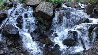 Путешественник радуется обнаружению неизвестного ранее водопада