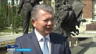 Посол Киргизии возложил цветы к памятнику Мустая Карима