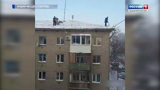 В Уфе рабочие сбросили лопаты с крыш на припаркованные машины