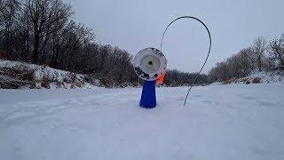 Ловля Щуки На Красивой Зимней Речке! Рыбалка на жерлицы (флажки).