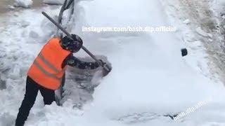 В Уфе коммунальщики лопатой чистят автомобиль | Ufa1.RU