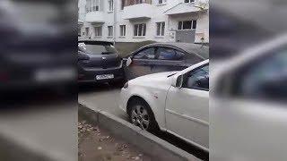 Очевидцы: пьяный водитель в Уфе таранил припаркованные машины