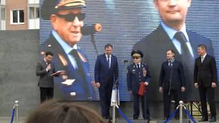 """Глава Красногорска Р. Хабиров и директор """"Эталон-Инвест"""" Д. Селедчик поздравляют А.А. Леонова!"""