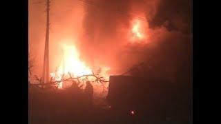 Пожар начался с сарая, а потом охватил гараж и дом
