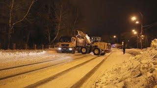 Ночная уборка снега на городских улицах