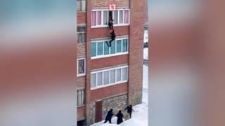 Спасли слетевшего с балкона мужчину в Стерлитамаке
