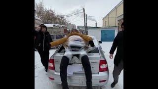 Жители Башкирии обмотали себя скотчем и прокатились верхом на машине | Ufa1.RU