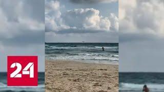 Учебный самолет ВВС Испании рухнул в море на глазах у туристов - Россия 24