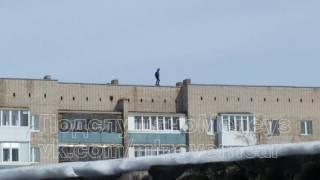 Ребенок ходит на краю крыши в Мелеузе