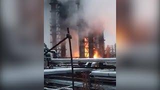 Пожар на заводе набирает обороты