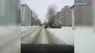 В Стерлитамаке снегоуборочный трактор смял легковушку