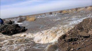 Разрушение дамбы в паводок, ради ее спасения. Наводнение в Караганде 2016