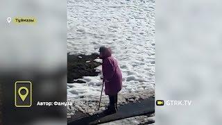Не дождалась коммунальщиков: в Башкирии 80-летняя бабушка самостоятельно борется с наледью во дворах