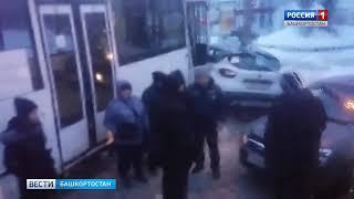 """НЕФАЗ """"впечатал"""" автомобиль в столб в Уфе"""