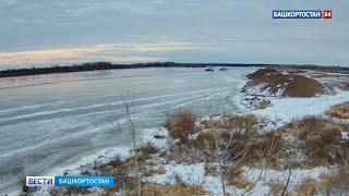 По реке Белой в Башкирии прошли теплоходы: выходить на лед опасно для жизни