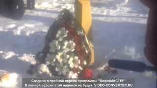 г.Янаул после пожара на ул.советская 2.люди несут цветы,ставят свечки ,скорбят.