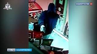 Вооружен и опасен: дерзкое ограбление ради полутора тысяч рублей попало на видео