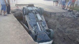 В Благовещенске водитель опрокинул машину в строительную траншею