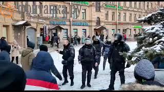 Полицейский достал пистолет на митинге в Санкт-Петербурге