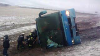 В Ростовской области перевернулся автобус с пассажирами.