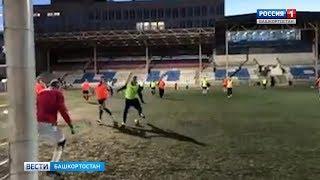 Радий Хабиров сыграл в футбол с любителями на стадионе «Динамо» в Уфе