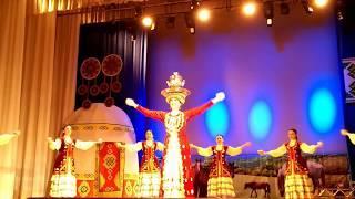 Танец с самоваром на голове. Башкирский народный танец.