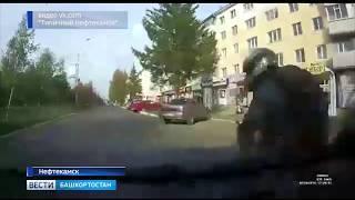 В Нефтекамске после резкого маневра на дороге мотоциклист врезался в два автомобиля