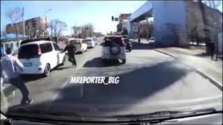 В Благовещенске на дороге заблокировали автомобиль и скрутили его пассажиров