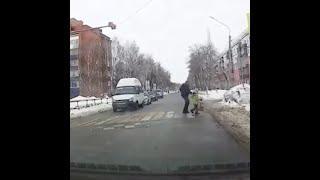 Водитель маршрутки помог ребенку перейти через дорогу | Ufa1.RU