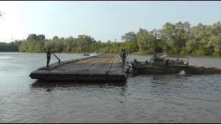 Установка понтонного моста через реку