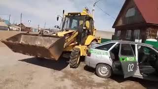 В Баймаке мужчина на тракторе наехал  на автомобиль судебных приставов (09.04.19)