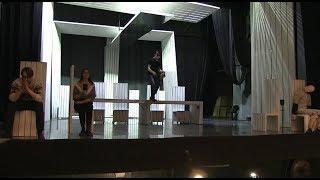 Артисты играют в пустом зале