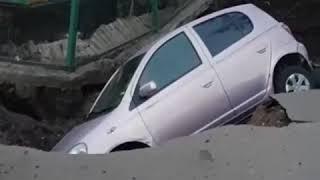 В Благовещенске провалился асфальт под автомобилем
