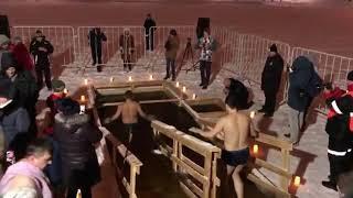 Радий Хабиров крестится в проруби