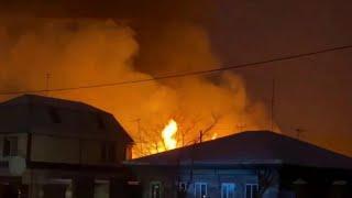 Следователи и криминалисты работают на месте пожара в частном пансионате в Тюменской области.