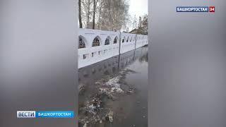 Кладбище затопило талыми водами в Башкирии - видео