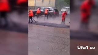 Дорожники кладут асфальт в дождь