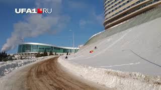 Школьники скатываются на «плюшках» прямо на шоссе
