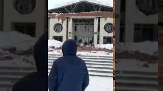 В Башкирии у дома культуры рухнул козырек