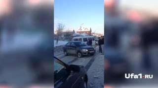 В Башкирии водители помогли перевернувшейся машине