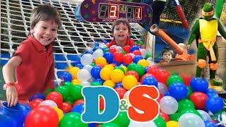 Парк развлечений. Батуты, горки, футбол в огромной детской комнате. Крутой центр. Видео для детей.
