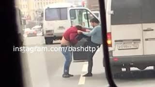 Сегодня на Проспекте Октября произошла драка между водителями маршрутных такси