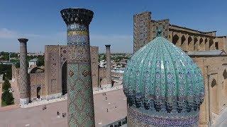 В Самарканде «Руссо Туристо» побывали на площади Регистан и в мавзолее покойного президента